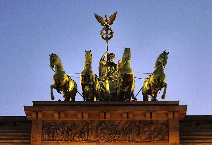 640px-Brandenburg_gate_sunset_quadriga
